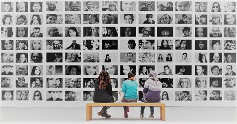 UNE-gens devant photos