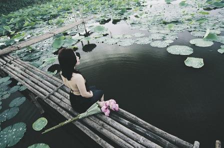 UNE-femme lotus méditation