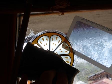 UNE-enlever étiquette sur vitre