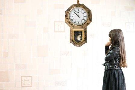 UNE-horloge temps fille