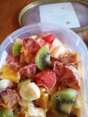 manger facilement des fruits salade de fruits en boite