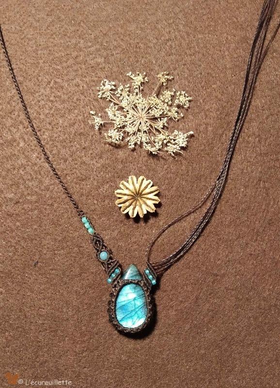 Bijoux artisanal en pierre et macramé L Ecureuillette tout droit réservé