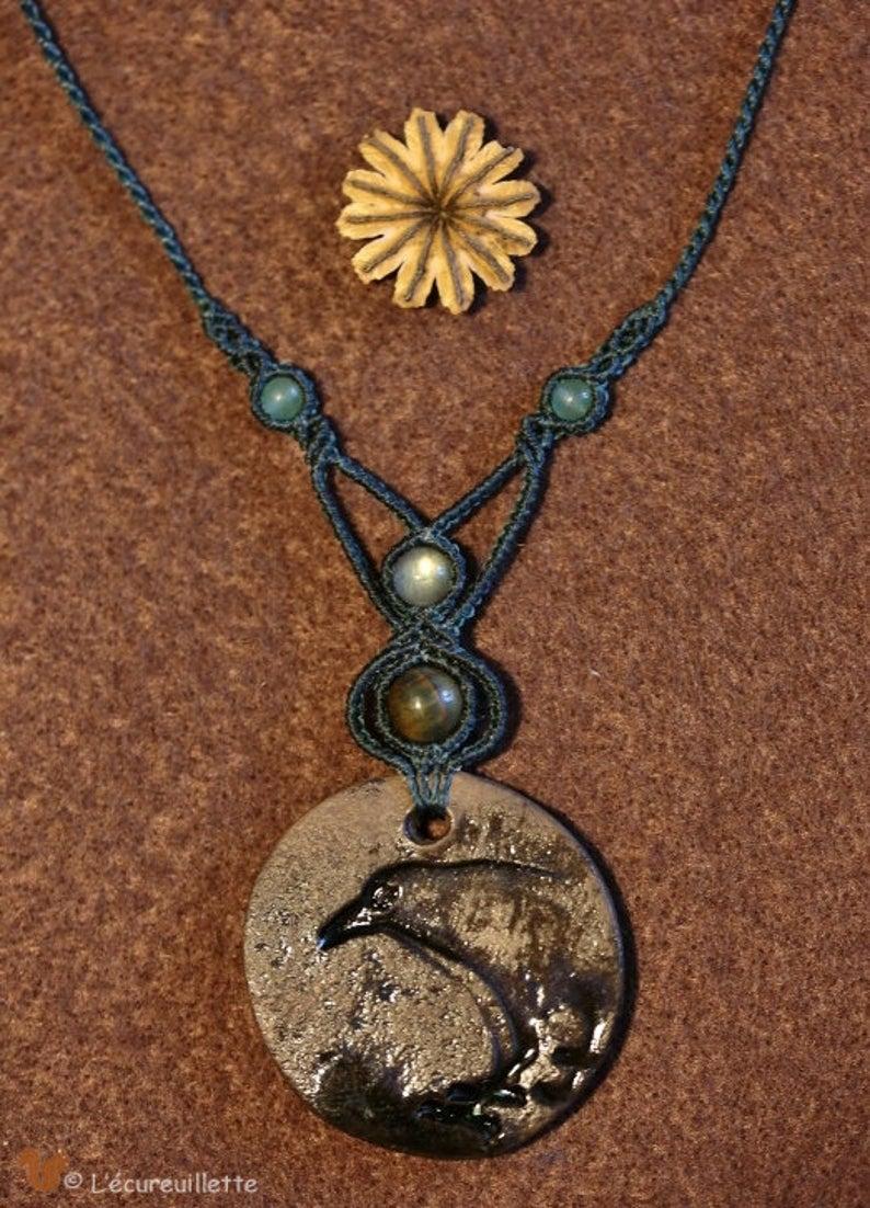 collier cacramé pendentif corbeau l'Ecureuillette Tout droit réservé
