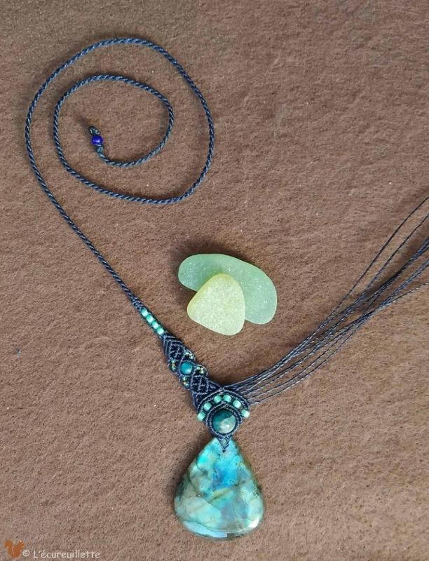 collier labradorite goutte bleu macramé L'Ecureuillette en Brocéliande tout droit réservé
