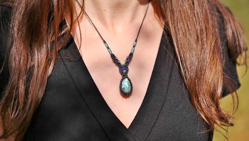 collier pierre bleue macramé L'Ecureuillette en Brocéliande tout droit réservé