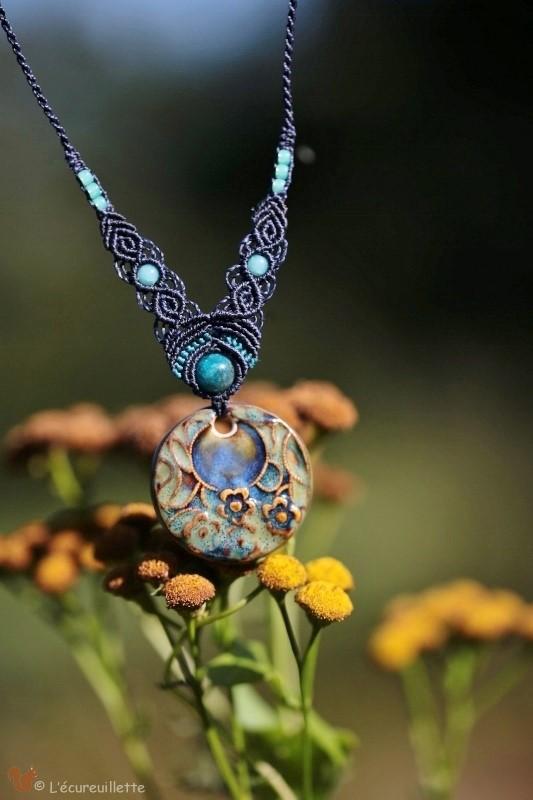 collier porcelaine bleu fleur L'Ecureuillette en Brocéliande tout droit réservé